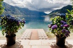 Gifta sig stolar med blommagarnering Arkivbilder