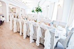Gifta sig stolar med vita band på mottagandet Royaltyfri Foto