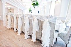 Gifta sig stolar med vita band på mottagandet Royaltyfria Foton