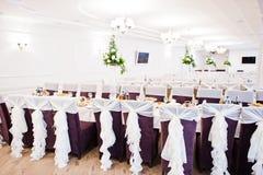 Gifta sig stolar med vita band på mottagandet Royaltyfri Bild