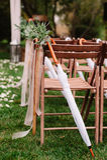 Gifta sig stolar på varje sida av valvgången Royaltyfri Fotografi