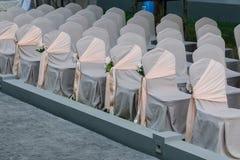 Gifta sig stolar som dekoreras med buketter av blommor Arkivfoton