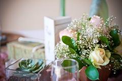 Gifta sig tabelldekoren - blommor Arkivbild