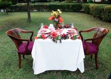 Gifta sig tabellen i trädgården i sommar arkivbild