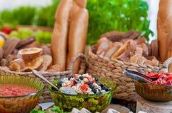Gifta sig tabellen med mat Mellanmål och aptitretare på tabellen Fisk och rått kött med grönsaker Traditionellt litauiskt bröd i  royaltyfri foto