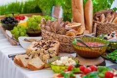 Gifta sig tabellen med mat Mellanmål och aptitretare på tabellen Traditionell litauisk kokkonst och bröd med frukter i bakgrund arkivfoto