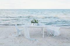 Gifta sig tabellen på kusten Arkivfoton