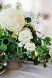 gifta sig tabellen som dekoreras av plattor, knivar och gafflar arkivfoto