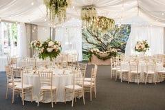 Gifta sig tabellgarnering med blommor och band Fotografering för Bildbyråer