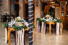 Gifta sig tabellgarnering med blommor och band Royaltyfri Foto