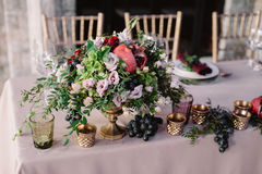 Gifta sig tabellgarnering med de rosa blommorna, granatäpplet och grönskan arkivbilder