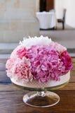 Gifta sig tabellgarnering med rosa pioner och nejlikor Royaltyfri Fotografi