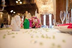 Gifta sig tabellgarneringnygifta personer i en rosa färg - grön palett floristry Royaltyfria Foton