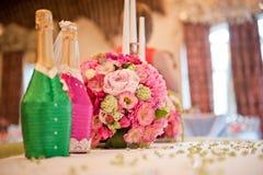 Gifta sig tabellgarneringnygifta personer i en rosa färg - grön palett floristry Arkivbild