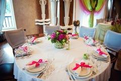 Gifta sig tabellgarneringnygifta personer i en rosa färg - grön palett floristry Royaltyfri Bild