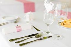 Gifta sig tabellinställningar med garnering Royaltyfri Foto