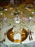 Gifta sig tabellinställningen med guld- brytningar Royaltyfria Bilder