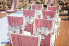 Gifta sig utomhus- garnering av stolar arkivbilder