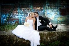 Gifta sig utomhus- stående Arkivbilder
