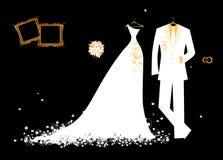 Gifta sig white för brudgumdräkt- och brud klänning Arkivfoto