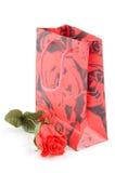 Giftbag com vermelho levantou-se Imagens de Stock