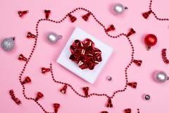 Giftbox com os acessórios da decoração no fundo cor-de-rosa imagem de stock