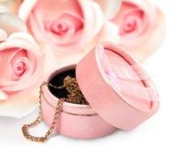 Giftbox com uma corrente do ouro Fotografia de Stock Royalty Free