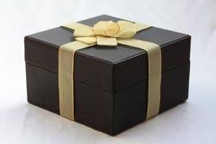 Giftbox con le decorazioni dorate Fotografie Stock Libere da Diritti