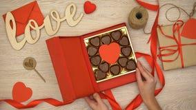 Giftbox de abertura com os doces de chocolate coração-dados forma, afrodisíaco da senhora Valentim filme