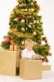 Giftbox de la abertura del niño pequeño fotos de archivo