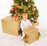 Giftbox de la abertura del niño pequeño fotografía de archivo