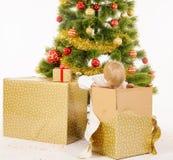 Giftbox de la abertura del niño pequeño fotos de archivo libres de regalías
