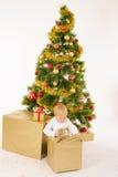 Giftbox de la abertura del niño pequeño foto de archivo