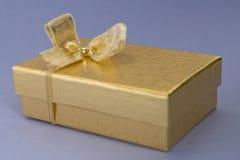 Giftbox de oro Imagenes de archivo