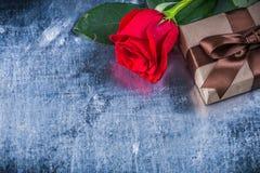 Giftbox de rose de rouge sur le concep métallique rayé de vacances de fond Images stock