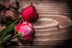 Giftbox delle rose rosse sul concetto di feste del bordo di legno Fotografia Stock Libera da Diritti