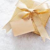 Giftbox do Natal do ouro com etiqueta Imagem de Stock Royalty Free