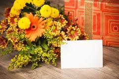 Giftbox en een boeket van bloemen Royalty-vrije Stock Afbeeldingen