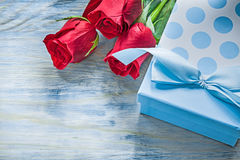 Giftbox ha sentito le rose rosse sul concetto delle celebrazioni del bordo di legno Fotografia Stock Libera da Diritti