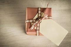 Giftbox med den över huvudet etiketten Royaltyfri Fotografi