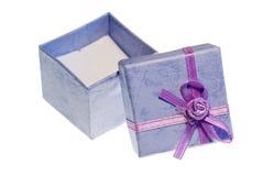 giftbox odizolowywający otwarty fiołkowy biel Obrazy Stock
