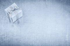 Giftbox op gekrast metaal achtergrondvakantieconcept royalty-vrije stock foto