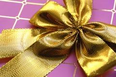 Giftbox rosa con i nastri dorati Fotografie Stock Libere da Diritti