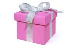 Giftbox rosa con un nastro d'argento, isolato su bianco Immagini Stock