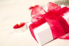 Giftbox z czerwonym łękiem obrazy royalty free