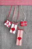 Giftboxes обернуло в красной бумаге с сердцем на деревянной предпосылке Стоковые Фотографии RF
