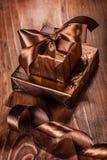 2 giftboxes с смычком на старой деревянной предпосылке Стоковые Фото