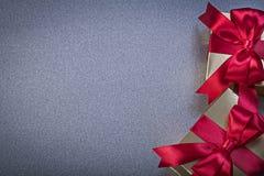 Giftboxes con los papeleos en concepto gris de los días de fiesta del fondo imagen de archivo libre de regalías