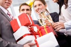 Giftboxes dans des mains Photographie stock