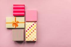 Giftboxes de los días de fiesta en el fondo del rosa en colores pastel Imágenes de archivo libres de regalías
